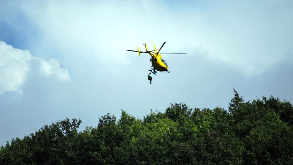 Elicottero Falco : Biker ferito a pian del falco recuperato e trasportato in